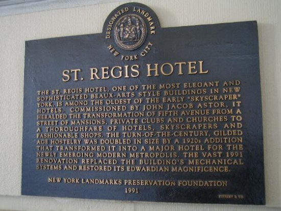 Abb. 2 - Tafel am Eingang des St. Regis